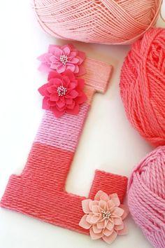 Adorno casero DIY con forma de letra forrada de lana y con flores de fieltro