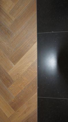 Strakke overgang tussen Europees eiken reuze visgraat 150x600 cm donker gerookt + wit en 75x75 cm Belgisch hardsteen look.