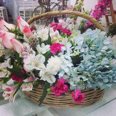 Diseño floral en canasto típico Oaxaqueño. rosas, hortensias, estrelas de belén y astromelias. Disponibles sobre pedido en laboticadelasflores@gmail.com