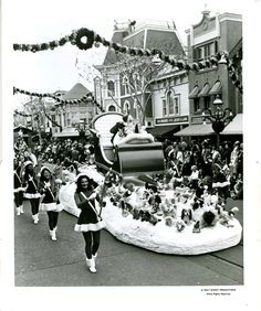 Christmas Parade at Disneyland 1959 Vintage Christmas Photos, 1950s Christmas, Old Fashioned Christmas, Christmas Past, Vintage Holiday, Christmas Pictures, Christmas Holidays, Vintage Mickey, Christmas Fashion