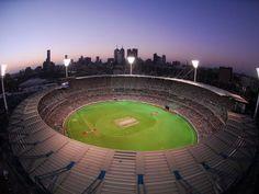 """Un estadio sobresale por sobre todos los demás como el epicentro deportivo del estado de Victoria: el Melbourne Cricket Ground. Conocido afectuosamente como """"el G"""", el MCG (por sus siglas en inglés) es un icono cultural y uno de los campos de cricket más importantes del mundo, lo cual no es de asombrarse dada su capacidad de albergar a 100 mil personas. El MCG también ha sido escenario de numerosos conciertos de rock para artistas de talla internacional."""