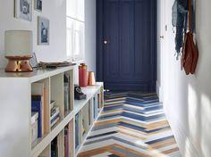 Un parquet peint en différentes couleurs