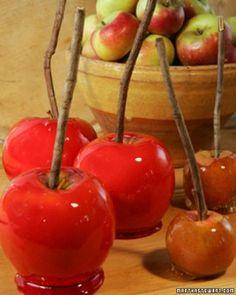 manzanas caramelizadas: 2 tazas de azúcar, ¾ tazas de agua, ½ taza de jarabe de maíz, ½ cdita de colorante rojo es opcional, pero realmente le da un color muy coqueto y provocativo a las manzanas, así que no dejes de usarlo, 6 manzanas medianas o 12 chicas, ramitas de árbol seco