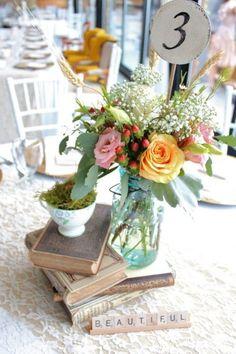 Vintage Wedding centerpieces that are unique! Beach Wedding Reception, Wedding Table, Diy Wedding, Rustic Wedding, Wedding Flowers, Dream Wedding, Wedding Day, Book Centerpieces, Simple Centerpieces