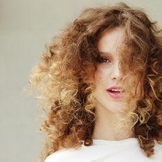 Trucos para conseguir un cabello rizado perfecto. Unas reglas básicas para saber cuidar este tipo de pelo.
