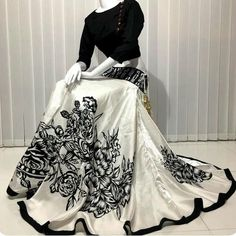 Indian Gowns Dresses, Indian Fashion Dresses, Dress Indian Style, Indian Designer Outfits, Pakistani Dresses, Skirt Fashion, Stylish Dresses For Girls, Stylish Dress Designs, Ethnic Outfits