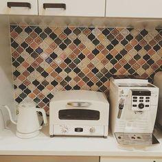 2017/01/14 22:28:38 jujuju037 我が家のキッチン家電の三種の神器。 ずーっと欲しかったデロンギのコーヒーマシーン。高くて買うまで何年も悩んでた所にこの白いタイプの見つけて即決!挽きたてコーヒーはやっぱ違う買って大満足! アラジンのトースターは、見た目が可愛いし、内部が広くて立ちあがりも早くてとっても大活躍! バルミューダのケトルは、 最近よくインスタで見かけてシンプルで可愛いなーって思っていた所に10年使っていたケトルが壊れたのでタイミングよく購入。少し容量が小さいかなーってのが気になるところ。 ながーく使うために大切にするぞー #キッチン家電#コーヒーメーカー#キッチン#トースター#ケトル#デロンギ#バルミューダ#三種の神器#コラベル#名古屋モザイク