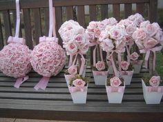 * kit R$ 557,99 corresponde:    -2 bolas de flores GG  -10 topiaras de rosas cor rosa bebe      Podem ser vendidos separadamente! Quando fizer seu pedido informe o que deseja, valores serão alterados no seu pedido    Topiara rústica de rosas em e.v.a cor rosa bebê, em um tronco seco e desidratado...
