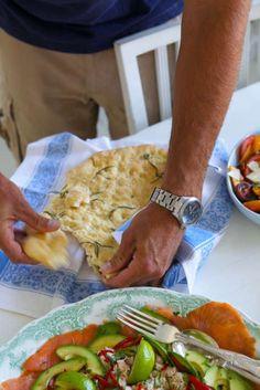 Smidigt att göra ett stort bröd i långpanna. Även här kan man variera med att fylla brödet med soltorkade tomater, fetaost eller oliver. Eller varför inte alltihop på en gång?