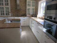 Pergo Moderne grå eik laminatgulv, heltre eik benkeplate (skrubbet og oljet). Ikea Bodbyn kjøkken med tyda håndtak.