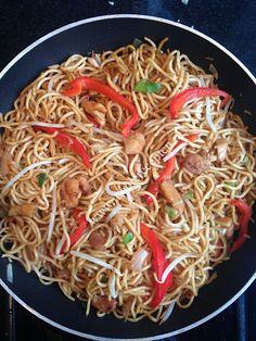 Heerlijke snelle tjauwmin met kip en groente   Mooie recepten Dutch Recipes, Spicy Recipes, Asian Recipes, Vegetarian Recipes, Cooking Recipes, Healthy Recipes, Ethnic Recipes, Healthy Food, Chinese Cabbage