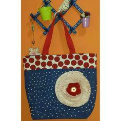 Bolsa de lona com flor de tecido e bordada com pérolas. ..