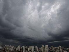 Nuvens carregadas são vistas na região da Lapa, em São Paulo (Foto: André Lucas Almeida/Futura Press/Estadão Conteúdo)