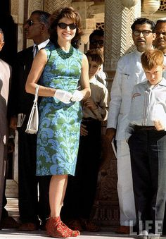 First Lady Jackie Kennedy wearing blue print dress during her tour of India. Location: India Date taken: March 1962 Photographer: Art Ricker. Jacqueline Kennedy Onassis, Estilo Jackie Kennedy, Us First Lady, First Ladies, Winter Mode Outfits, Winter Fashion Outfits, Sporty Fashion, Ski Fashion, Work Outfits