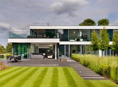 Contemporary Country House On The Banks Of The River Thames