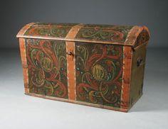 Hans Olavsson Glittenberg (1788-1873): Liten rosemalt kiste med grønn bunnfarge, eierinitialer og dat. 1842. L: 104 cm. H: 65 cm. Prisantydning: ( 10000 - ) Solgt for: 9500