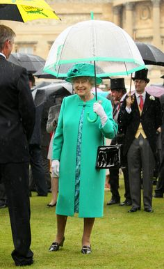 Cute color for a queen :D and the umbrella really made the whole look.