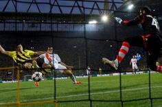 A Dortmund, un quadruplé de Robert Lewandowsky permet au Borussia de gagner 4-1. C'est Cristiano Ronaldo qui avait signé l'égalisation provisoire pour le Real Madrid. Le printemps est allemand! Au lendemain du 4-0 infligé par le Bayern Munich au FC Barcelone, le Borussia Dortmund (BVB 3.015-3.98%) a fait presque aussi fort...