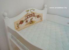 Az ágyikó a szobában, teljes pompájában - Anna névreszóló tömörfenyő indásvirágos-manós mintával festett fehér gyerekágy. Fotó azonosító: AGYANN05