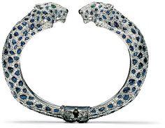 Bracelet rigide Panthères, de Cartier Paris (1958) en platine, or blanc, diamants taille brillant et 8/8, cabochons de saphir (taches), émer...