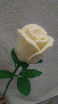 -A Collection of Crochet Rose Flowers [Free Patterns]. Crochet flowers are always a further addition to wearables, bags, home decorations. Roses Au Crochet, Knitted Flowers, Crochet Flower Patterns, Love Crochet, Crochet Motif, Beautiful Crochet, Crochet Stitches, Diy Crafts Crochet, Yarn Crafts
