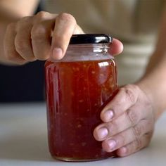10 pimentas dedo de moça sem sementes     3 dentes de alho     3 xícaras de açúcar     1 maçã batida     1 xícara de vinagre de maçã     1 xícara de água  E vamos cozinhar...      Em uma panela, adicionar as pimentas picadas sem sementes, os dentes de alho picados, o açúcar, o suco de maçã e o vinagre.     Misturar bem, adicionar a água e cozinhar em fogo baixo. Mexer de vez em quando.     Retirar do fogo quando estiver em ponto de geleia     Guardar em um vidrinho limpo e bem fechado.