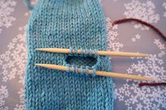 Votter for nybegynnere: Slik gjør du! Knitting Help, Knitting Needles, Knitting Patterns, Crochet Patterns, Big Knit Blanket, Jumbo Yarn, Big Knits, Knit Pillow, Knitted Bags