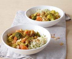 Kichererbsencurry. Broccoli, Möhren und Rosinen in Curry-Kokosmilch – ein Leckerbissen, der satt und glücklich macht. Dazu passt Minzreis.