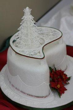 Royal icing collar on Christmas cake Royal Icing Piping, Royal Icing Cakes, Cake Icing, Royal Icing Templates, Christmas Tree Cake, Icing Techniques, Ice Cake, Wilton Cake Decorating, Occasion Cakes