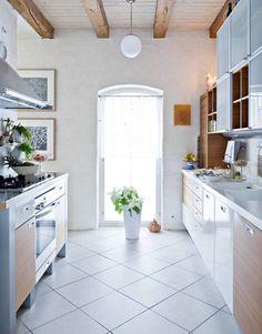 Keittiössä on molemmilla sivuilla työtaso. Toiselle sivustalle asennettiin kaasuliesi ja sähköhella sekä liesituuletin, toisella sivustalla on laskutilaa ja tason päällä kaapistot astioille ja kuiva-aineille. Myös keittiössä jätettiin vanhan rakennuksen komeat kattoparrut esille.