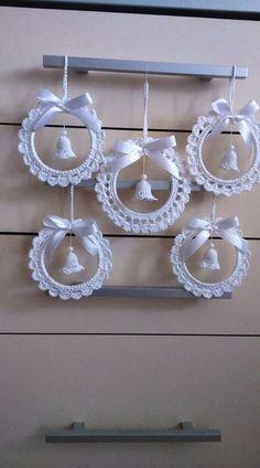 Best 12 crochet patterns in thread – SkillOfKing.Com - Her Crochet Crochet Christmas Wreath, Crochet Christmas Decorations, Crochet Decoration, Crochet Ornaments, Christmas Crochet Patterns, Holiday Crochet, Crochet Snowflakes, Angel Ornaments, Thread Crochet