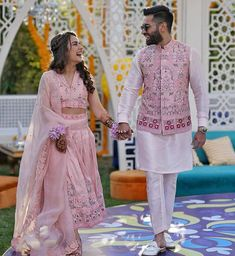We are totally loving this bride's ankle length skirt & groom's perfectly coordinated Nehru jacket for their mehendi ceremony! Engagement Dress For Groom, Couple Wedding Dress, Wedding Outfits For Groom, Engagement Dresses, Indian Engagement Outfit, Groom Wedding Dress, Wedding Wear, Bride Groom, Sherwani For Men Wedding
