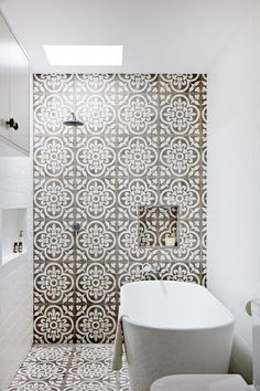 Salle de bain, carreaux style mauresques Bathroom with Granada tiles