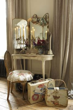 I want a triptych mirror like that... whatever they are called. Wouldn't mind a candelabra either.