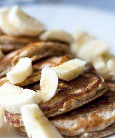 Vegan Banana Pancakes with 3 Ingredients #vegan #banana #hclf #plantbased #glutenfree #lactosefree #dairyfree #oats #cinnamon #crepes #pancakes #pfannkuchen #dates #sauce #easy #breakfast #snack #dessert #healthy #sugarfree #oilfree