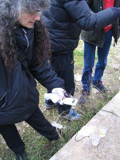 Gli alunni suddivisi in piccoli gruppi di massimo tre unità hanno eseguito le diverse fasi dell'esperienza. Raccolta dei campioni e  prime analisi avvengono in due punti distinti del fiume e in periodi diversi