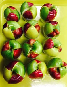 Here's a fun and colorful way to serve apples! 1 medium apple counts as 1 cup fruit. Sports Nutrition, Kids Nutrition, Nutrition Tips, Cafeteria Food, Cafeteria Decor, Obesity Help, Veggie Display, School Cafe, Lunch Catering
