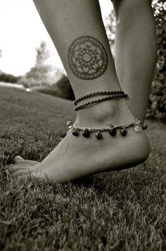 tatouage femme discret mandala sur la cheville