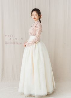 Korean hanbok This looks less traditional but a bit modern. Traditional Japanese Kimono, Korean Traditional Dress, Traditional Fashion, Traditional Dresses, Korean Dress, Korean Outfits, Korean Fashion Trends, Asian Fashion, Kpop Fashion