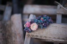 Media corona con hortensia preservada azul y flores inmortales rosas de Magnolia and Co. Fotografía de Joanna Noguera.