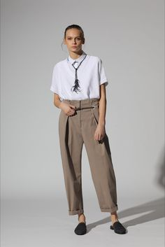 Sfilata Peserico Milano - Pre-Collezioni Autunno-Inverno 2017-18 - Vogue Look Casual, Colored Pants, Primavera Estate, Sport Casual, Office Outfits, Tomboy, Fashion Outfits, Womens Fashion, Spring Summer Fashion