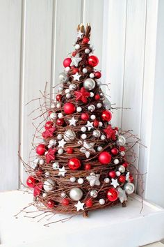 60 Absolutely Innovative Artificial Christmas Tree Ideas That Make a Mark in Home Decor Christmas Tree Crafts, Christmas Mood, Noel Christmas, Outdoor Christmas, Rustic Christmas, Xmas Tree, Holiday Crafts, Christmas Wreaths, Christmas Ornaments