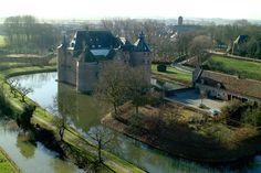 Kasteel Ammersoyen staat in de Bommelerwaard en is zeker een bezoek waard. Het kasteel is een van de best bewaarde middeleeuwse kastelen van ons land. Ammersoyen is met zijn vierkante plattegrond met vier hoektorens een kasteel zoals je dat ook in elk kinderboek zou aantreffen. De gracht om het kasteel maakt het plaatje helemaal compleet. Zeker een bezoekje waard! Kasteel Ammersoyen  Kasteellaan 1 5324JR Ammerzoden  Telefoon: 073 5949582