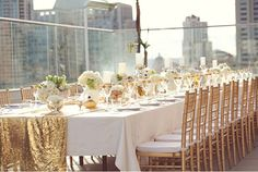 Ga je trouwen in de winter, dan zijn goud en zilver mooie basiskleuren om te verwerken in de decoratie