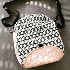 barbaraloutre Voici Limbo, le sac 3 en 1, d'après @patrons_sacotin Peut se porter en sac en bandoulière, en besace ou en sac à dos. Tout ça, grâce à son anse modulable Ici réalisé en simili cuir rose pâle et coton épais de style géométrique. Qu'en pensez-vous ?
