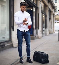 Are you also looking for effortless outfit ideas to look dashing in everyday life? These are the best and effortless outfit ideas for stylish men. Mens Fashion Casual Shoes, Mens Fashion Suits, Fashion Clothes, White Shirt Outfits, La Mode Masculine, Herren Outfit, Style Casual, Mens Clothing Styles, Stylish Men
