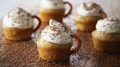 Tacitas de café, una idea diferente de presentar los muffins.  Sigue las intrucciones de Anna Olson y verás que fácil y ricas son: http://elgour.me/1OqF2UE  #elgourmet #TuCanalDeCocina #Dulces