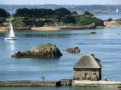 Ile de Brehat - tranquil and no cars Places To Travel, Places To Go, Belle France, Brittany France, Seaside Beach, Travel Oklahoma, Portugal Travel, Paris, Thailand Travel