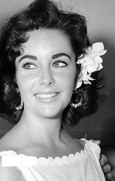 Old Hollywood Stars, Hollywood Icons, Vintage Hollywood, Hollywood Glamour, Classic Hollywood, Elizabeth Taylor, Queen Elizabeth, Classic Actresses, Beautiful Actresses