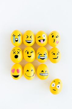 Emoji Easter Eggs Have some fun and express yourself with these adorable emoji eggs!Have some fun and express yourself with these adorable emoji eggs! Pebble Painting, Pebble Art, Stone Painting, Diy Painting, Stone Crafts, Rock Crafts, Emoji Easter Eggs, Egg Emoji, Easter Food